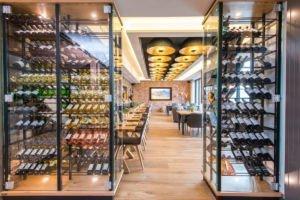 Weinschrank und Eingang zu Sitzplätzen im Kannelloni in Heede