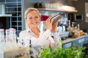 Kellnerin mixt einen Cocktail im Kannelloni in Heede