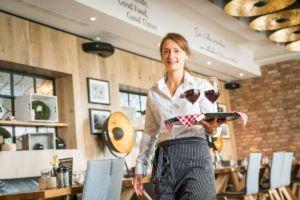 Kellnerin serviert Wein im Kannelloni in Heede