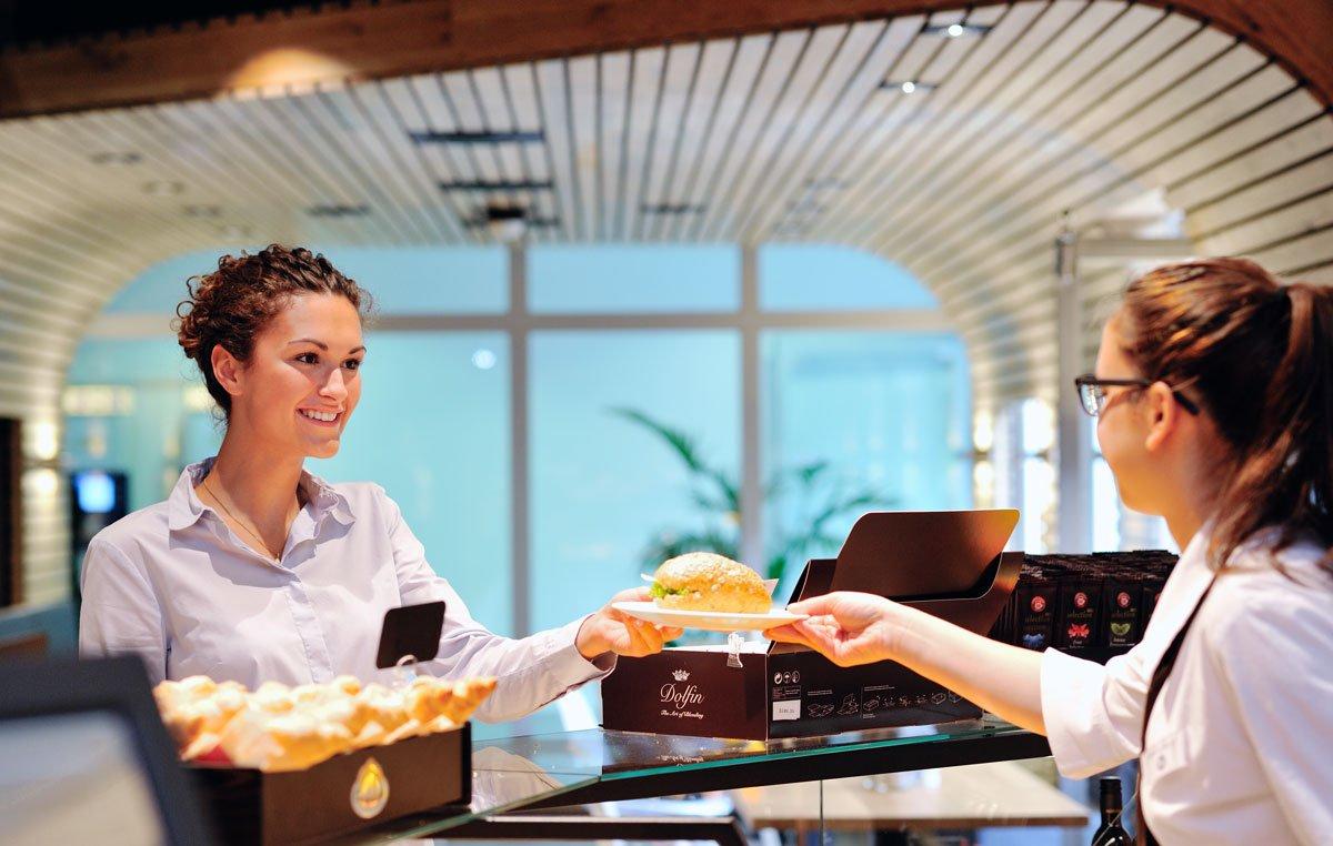 Kunden wird bedient im Kanne Café in Harlaching