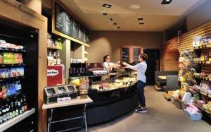 Mitarbeiterin bedient Kunden im Kanne Café in Harlaching