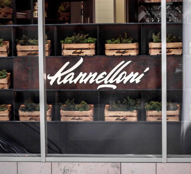dekoratives Fenster mit Logo und kleinen Pflanzen im Kannelloni Wien