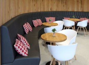 Runde Sitzecke im Kanne Café in Kassel