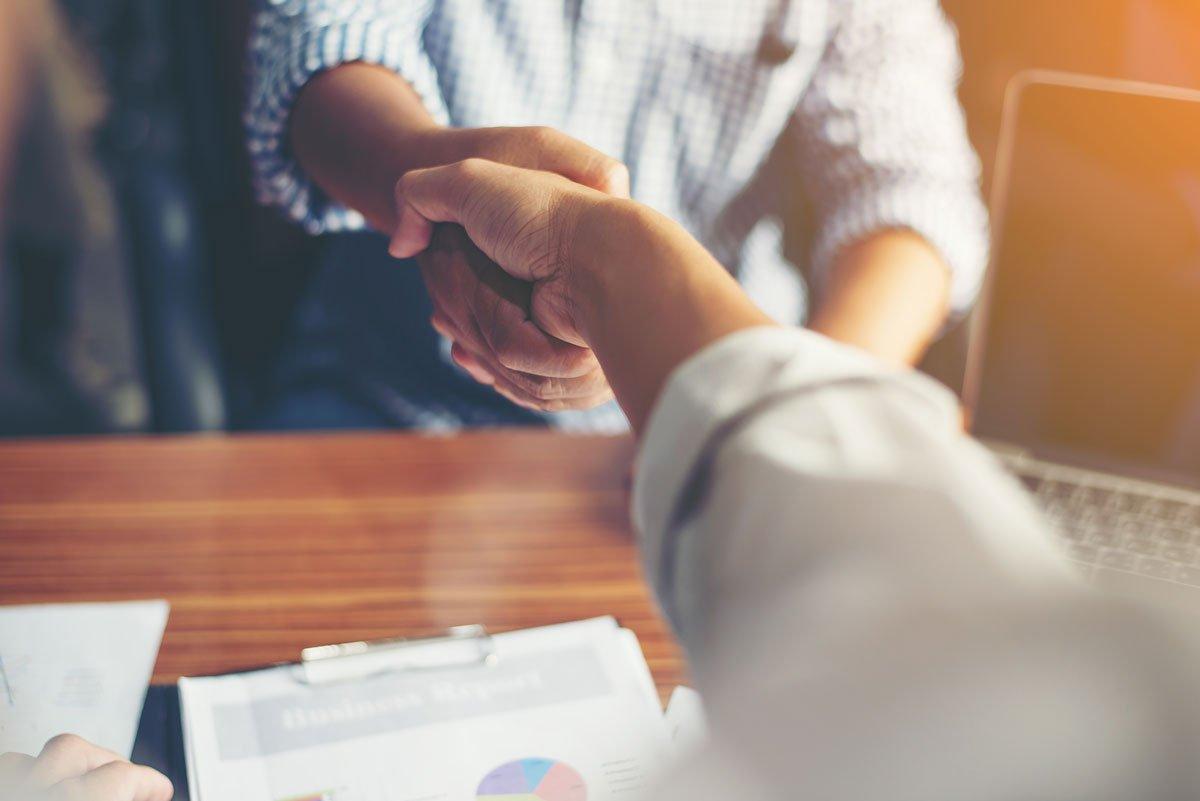Handschlag bei Bewerbungsgespräch