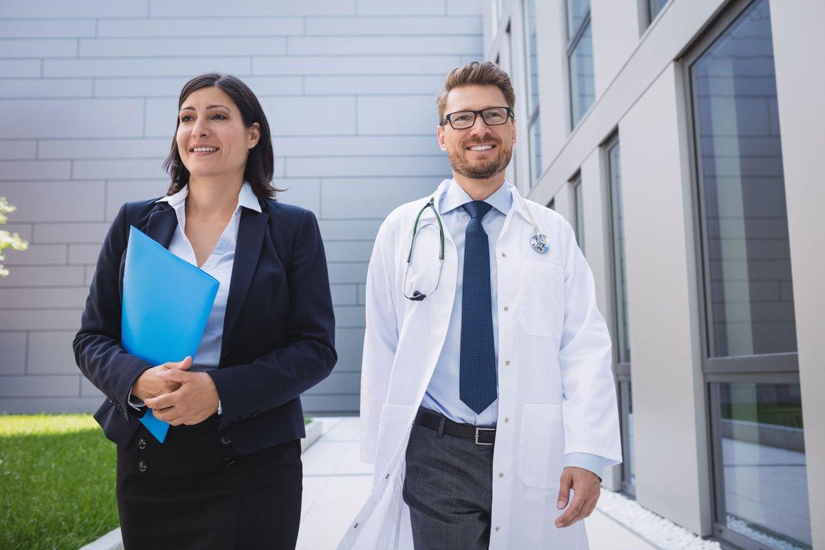 Doktoren laufen gemeinsam vor Klink