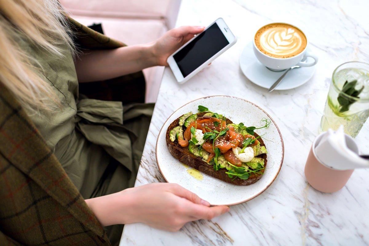 Frau isst Brunch in Café