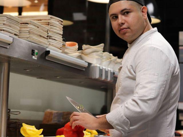 Foto von Koch Christofer beim Paprika schneiden